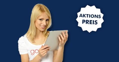 Junge hübsche Frau mit goneo T-Shirt hält tablet und lacht freundlich.