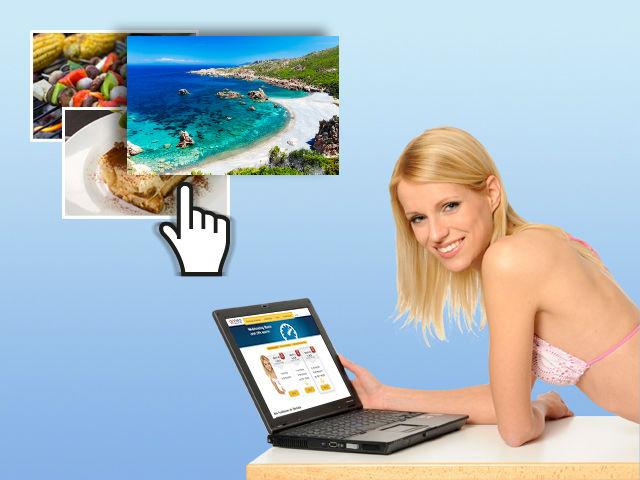 Frau am Notebook im Urlaub, die Bilder online abspeichert.