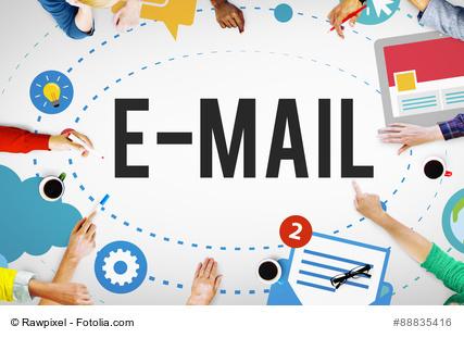 Viele Hände greifen auf die E-Mail zu, alles dreht sich um E-Mail