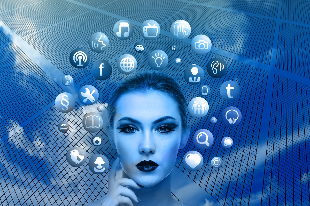 Symbolbild: Frau im Umfeld vieler sozialer Plattformen